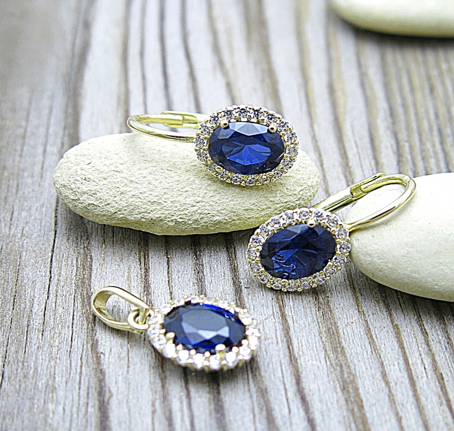 Zlato, zirkony a modrý kámen – luxusní souprava klenotů