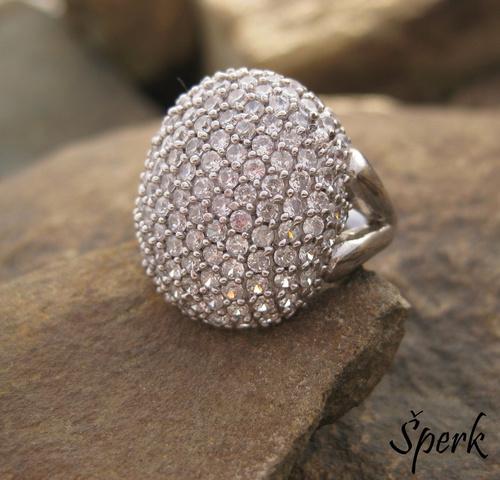 Masivní stříbrný prsten posetý zirkony – jako pro filmovou hvězdu