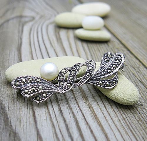 Stříbrná brož, markazity, perla